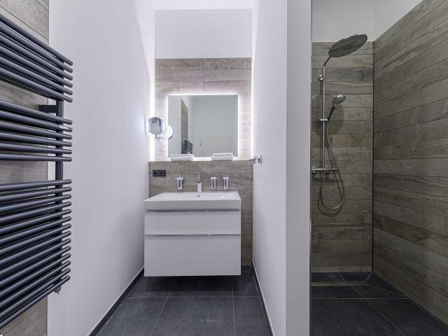 Ebenerdige Dusche und Waschtisch
