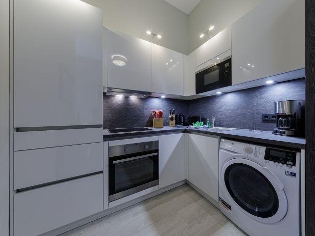 Komplett ausgestattete Küche mit Waschtrockner