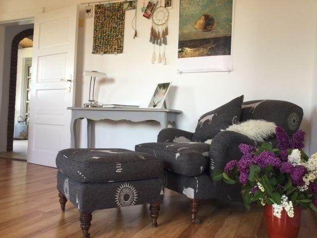 Wohnzimmer mit bequemen Sitzmöbeln.