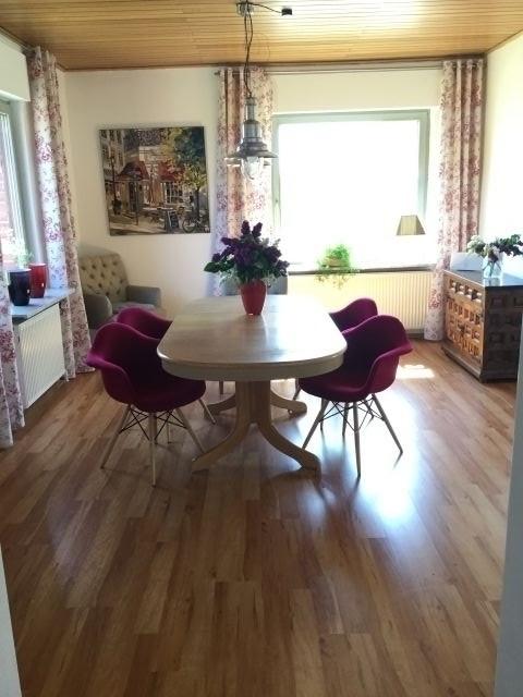 Esszimmer mit großem Tisch (8 Personen).