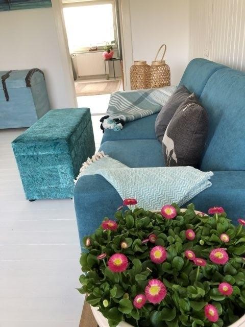 Wohnzimmer oben.Mit einem Handgriff kann die Couch in ein bequemes Doppelbett verwandelt werden!