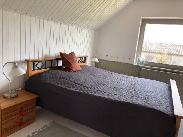 Schlafzimmer mit Doppelbett im DG