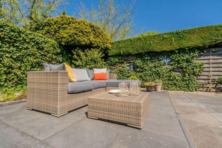 Die große Terrasse mit Lounge-Ecke