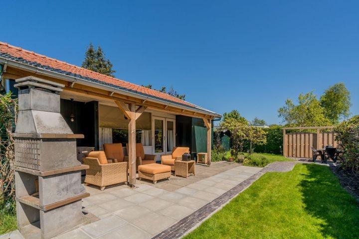 Die Veranda mit Lounge-Ecke und Außenküche