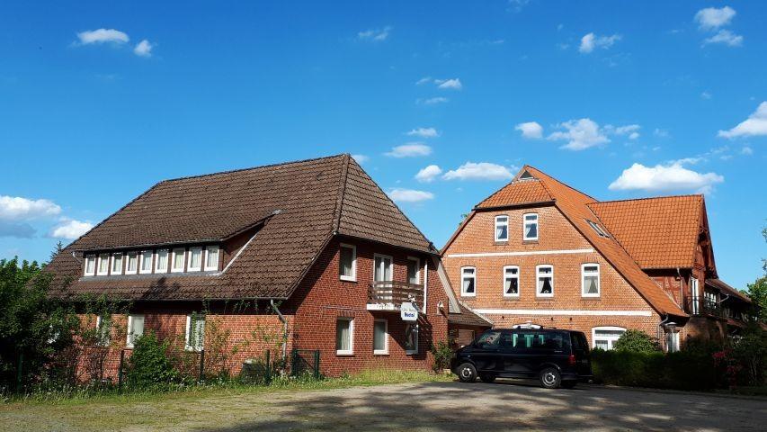 Gästehaus und Haupthaus, Parkplatz direkt vor der Tür