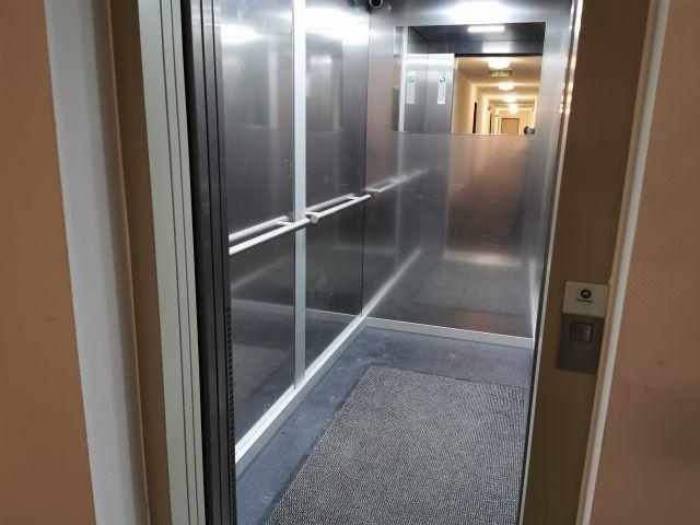 mit dem Aufzug kann die Wohnung ohne Treppensteigen durch die Tiefgarage erreicht werden