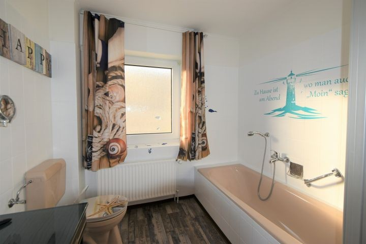 Ein großes Bad mit Wanne und Dusche