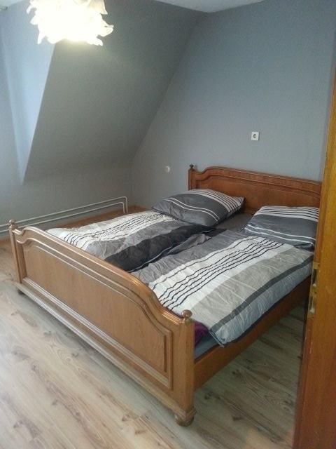 großes Schlafzimmer mit Zugang zum Balkon