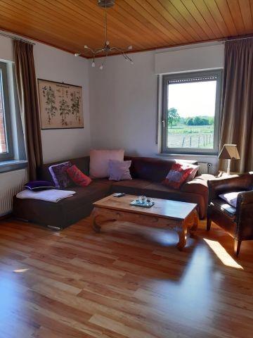 Wohnzimmer mit großer Couch,lichtdurchflutet.