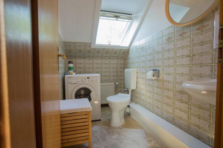 separates WC mit Waschbecken und Waschmaschine
