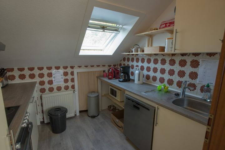 Küche mit Kaffeemaschinen, Wasserkocher, Mikrowelle und Geschirrspülmaschine