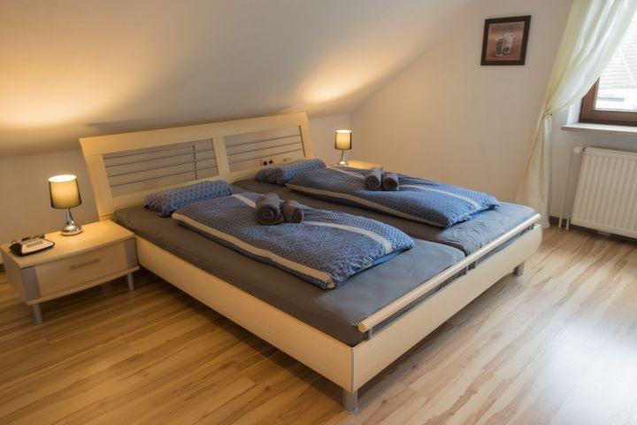 Schlafzimmer 1 - Blick auf das Bett