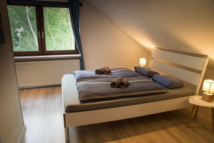 Schlafzimmer 2 mit großem Bett (1,40m * 2m)