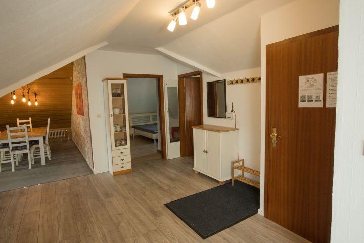 Blick über die Wohnung in Richtung Wohnzimmer/Essbereich, Schlafzimmer 1 und Schlafzimmer 3