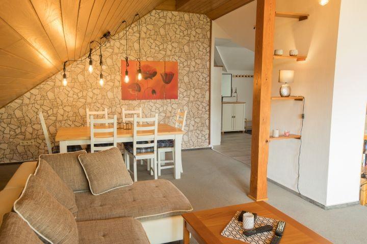 Blick vom Wohnzimmer auf Essbereich und Flur