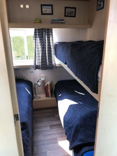 Kinderzimmer mit einem Einzel - und einem Doppelbett