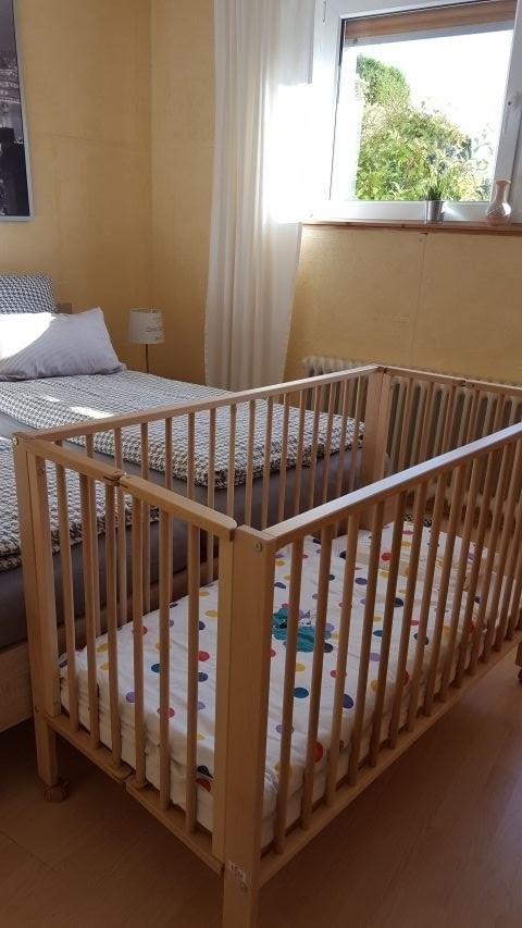 Babybett im Schlafzimmer bei Bedarf