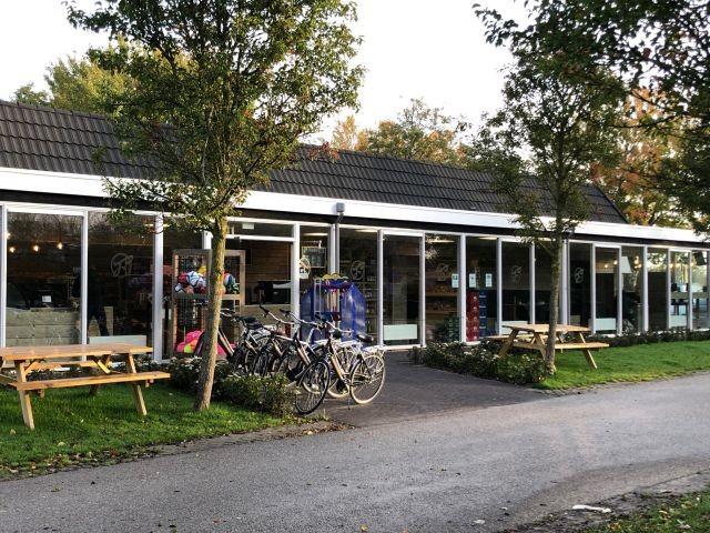 Parkeigener Supermarkt mit Fahrradverleih
