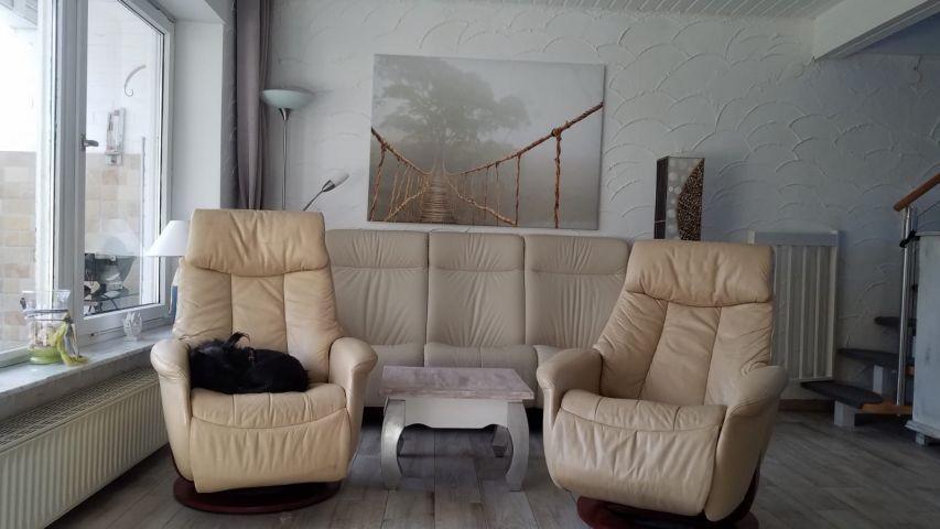 Couch und zwei Relax Sessel garantieren gemütliche Abende, eine Fußbodenheizung garantiert zu jeder Zeit warme Füße