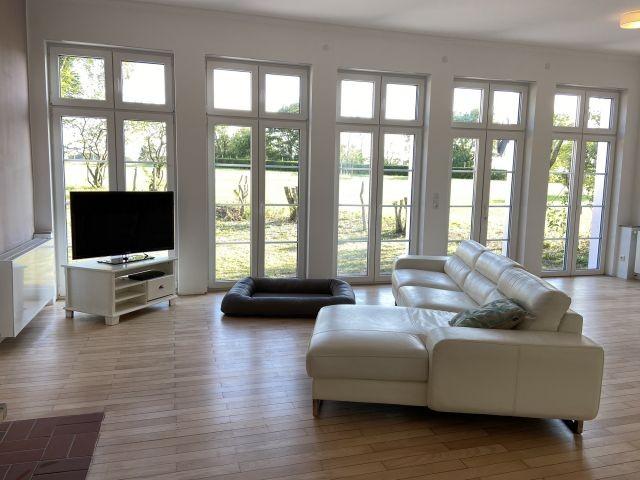 gemütliches Ecksofa im Wohnraum mit traumhaftem Panoramablick
