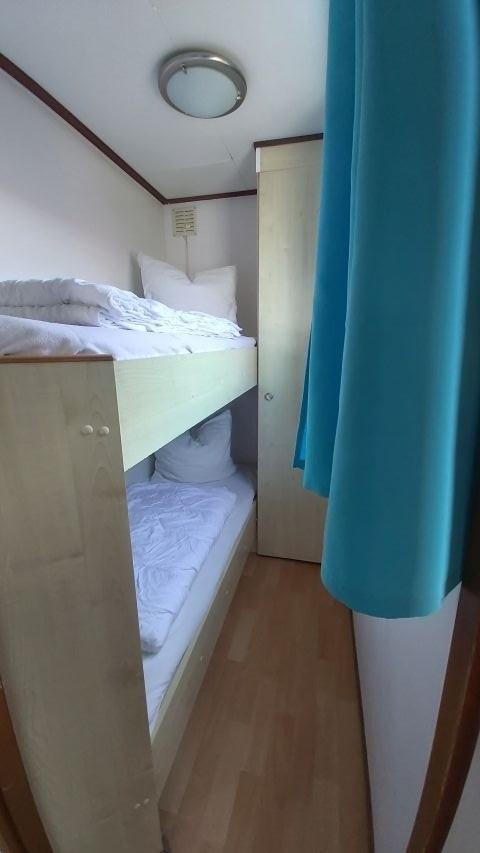 Kinderzimmer mit Stockbetten und Bettgitter