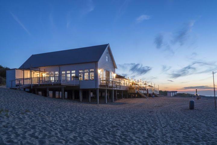 Strandpavillion bei Sonnenuntergang