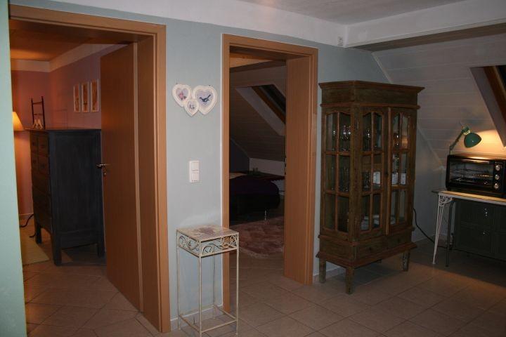 Essbereich und offene Küche mit Tür zum Wohnzimmer