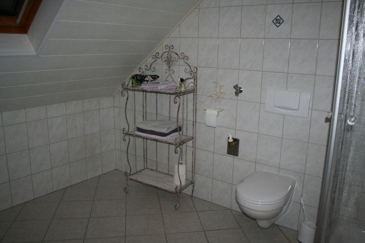 Badezimmer mit viel Platz und Fenster zum Hof