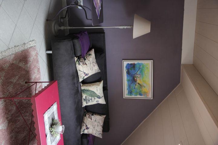 Wohnzimmer mit Schlafsofa, Tischen und Sesseln