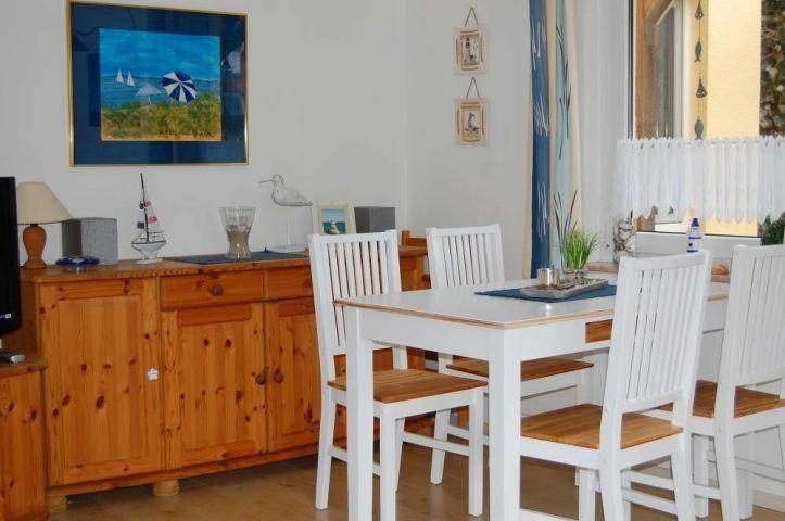 Essecke mit neuen Gardinen und Möbel im Wohnbereich
