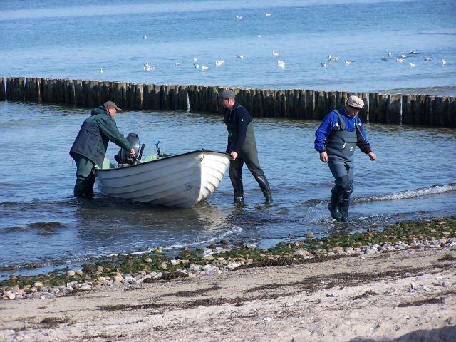 Fischer am Strand bei der Arbeit