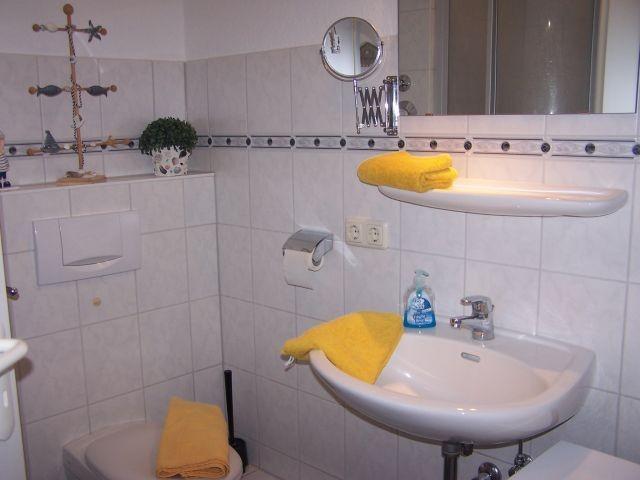Duschbad mit Waschmaschine und Handtuchtrockner