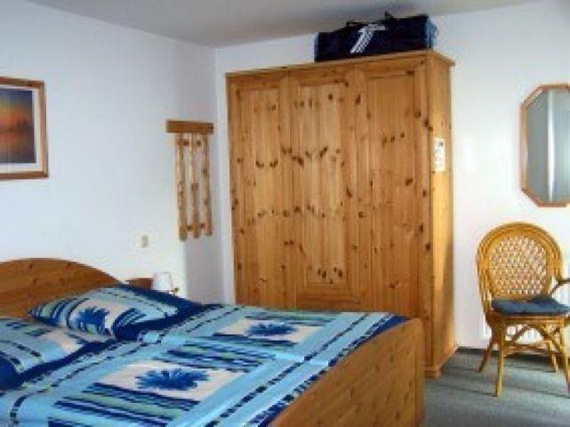 Schlafzimmer mit einem bequemen Doppelbett und einen Kleiderschrank