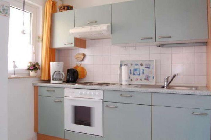 Sehr gut eingerichtete Küche mit Mikrowellen, Backofen und reichlich Geschirr