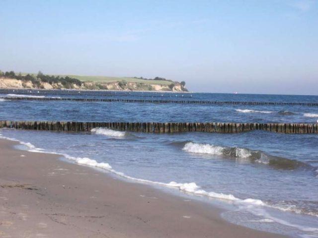 Wellen am Strand laden zum Baden ein