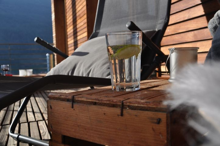 Aviunshof Balkon mit Sonnenliegen