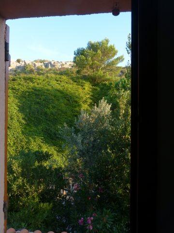 Blick aus dem Schlafzimmer auf die Felsen und das Naturschutzgebiet hinter dem Haus