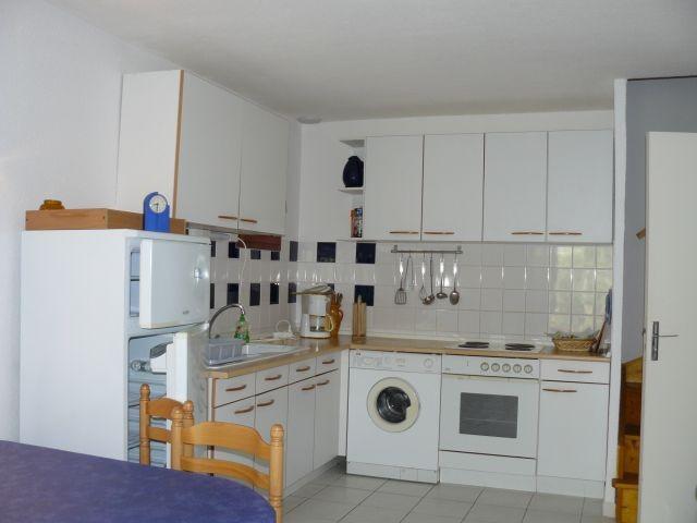 gut ausgestattete Einbauküche mit Waschmaschine