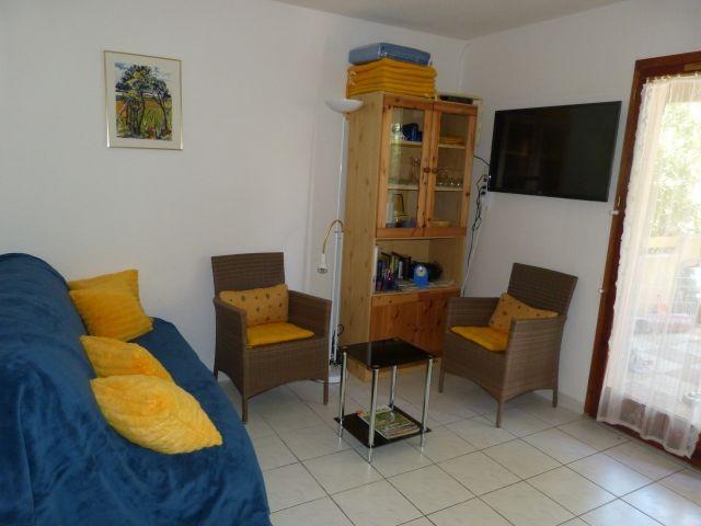 Blick in die Wohnzimmerecke mit ausziehbarer Schlafcoach für zwei Personen