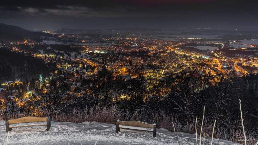 Bad Harzburg bei Nacht vom Burgberg aufgenommen.
