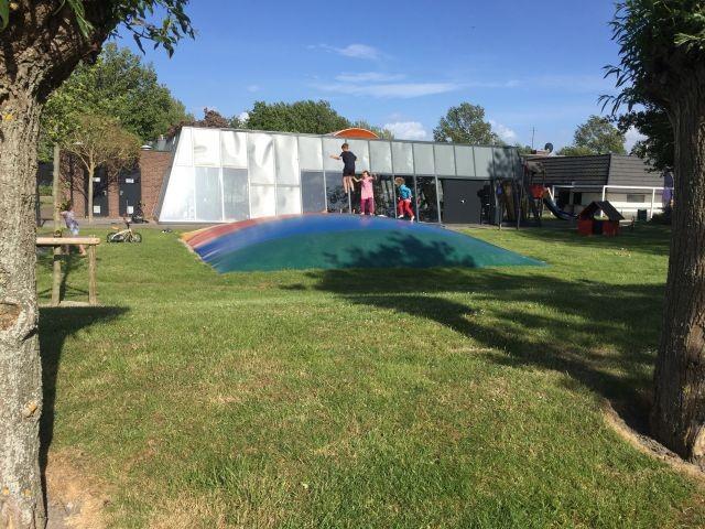 Spielplatz im Park und Schwimmbad