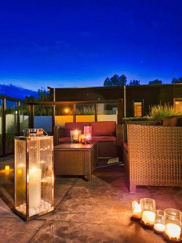 Loungebereich bei Kerzenlicht