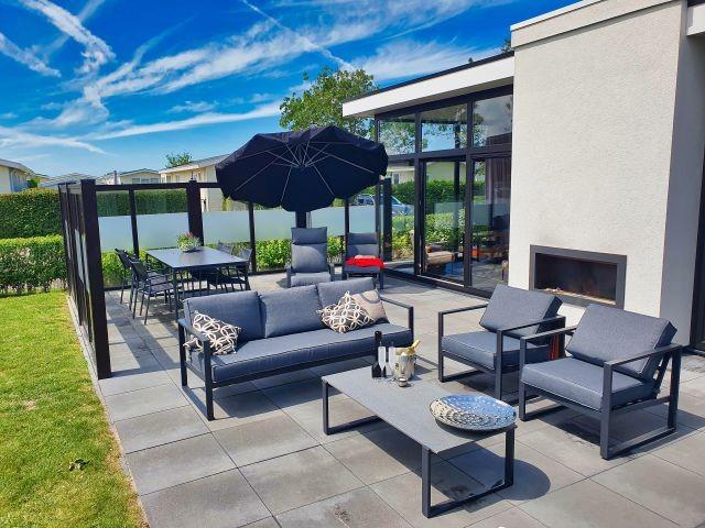 Ansicht Außenterrasse mit neuen Gartenmöbeln
