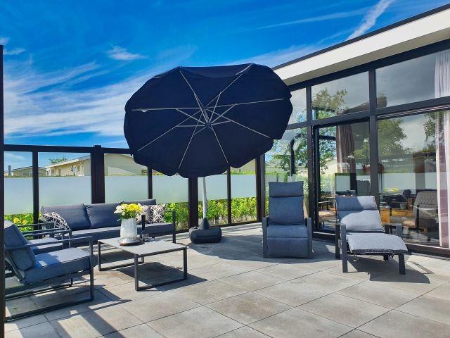 Lounge und Gartenstühle mit Sonnenschutz