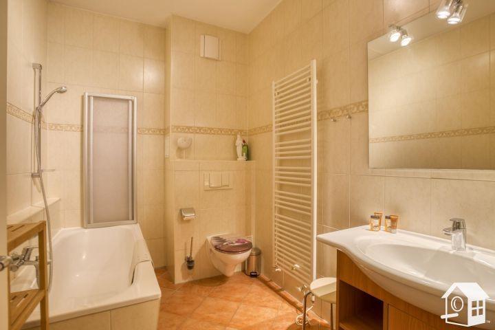 Luxuriöses, großzügiges Bad mit Badewanne mit Duschvorrichtung....