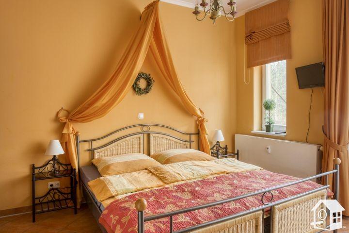 Romantisches Schlafzimmer mit Doppelbett und Betthimmel...