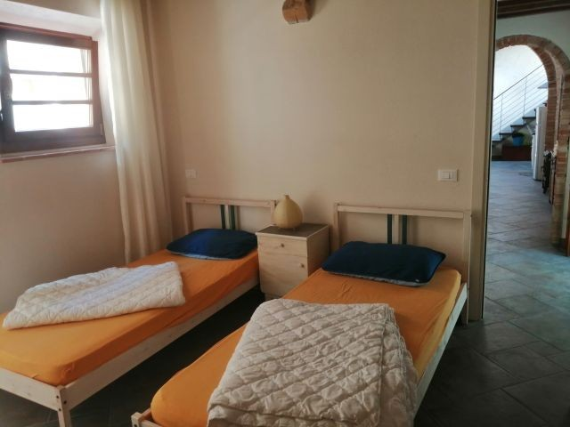 Vierbettzimmer mit 2 Einzelbetten unten