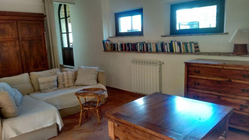 Wohnzimmer mit Hausbibliothek