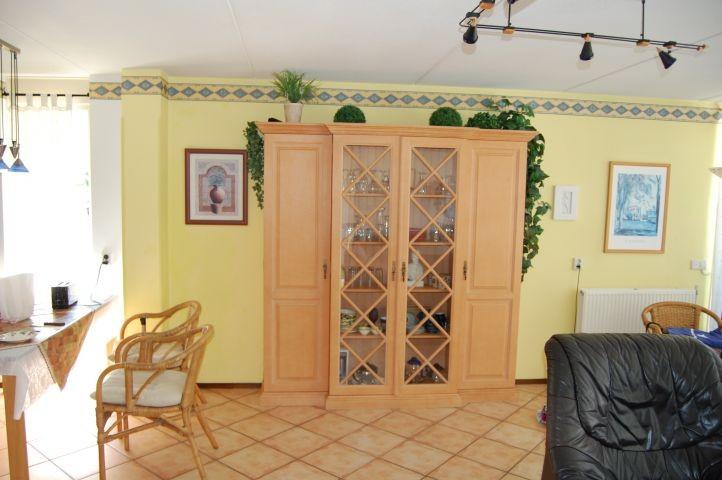 Helles Wohnzimmer mit Pinienmöbeln