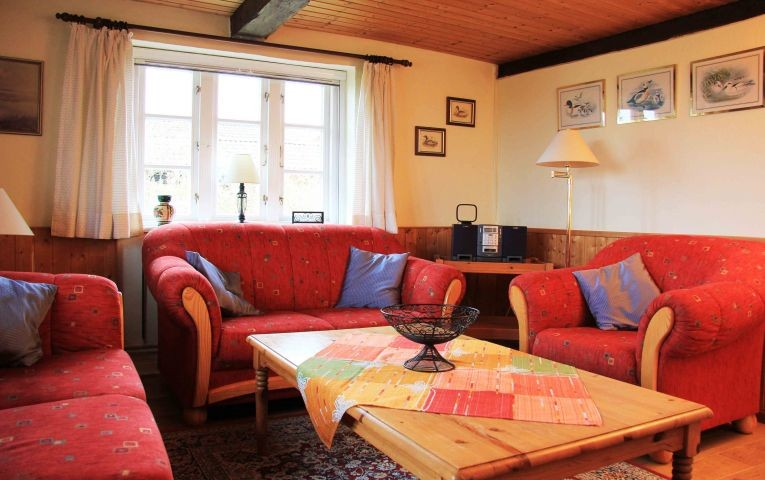 Gemütliches Wohnzimmer mit Blick auf die Ostsee